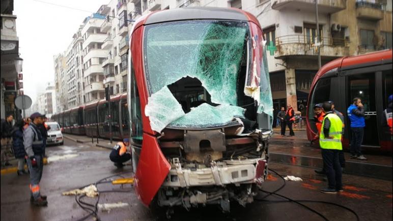 حادثة سير بين الطرامواي وشاحنة كبيرة تشل حركة السير