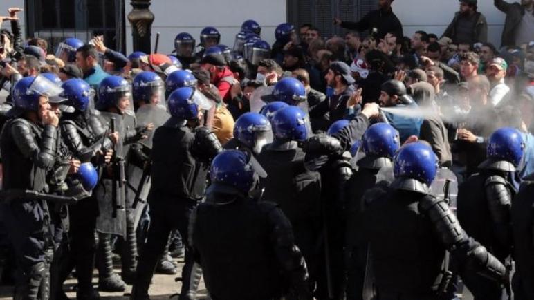 سقوط 56 جريحا في صفوف الأمن و7 من المواطنين في مظاهرات بالجزائر