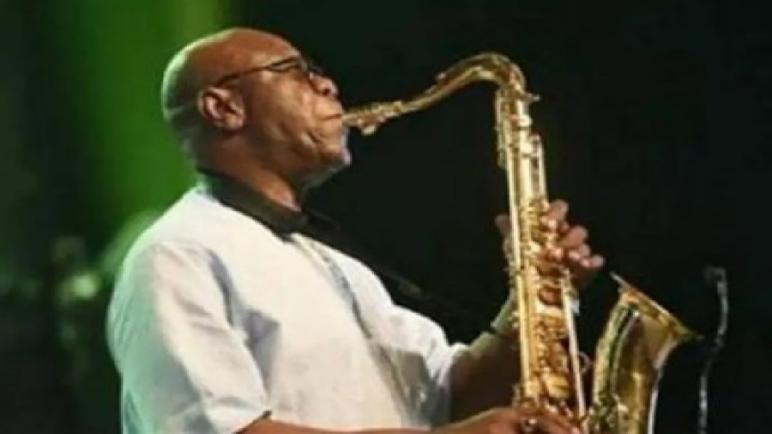 """عازف الساكسوفون الشهير الكاميروني مانو ديبانغو يفارق الحياة جراء إصابته بفيروس """"كورونا"""""""