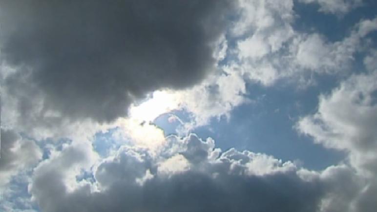 زخات مطرية متفرقة وأحيانا رعدية اليوم الأربعاء بعدد من المناطق