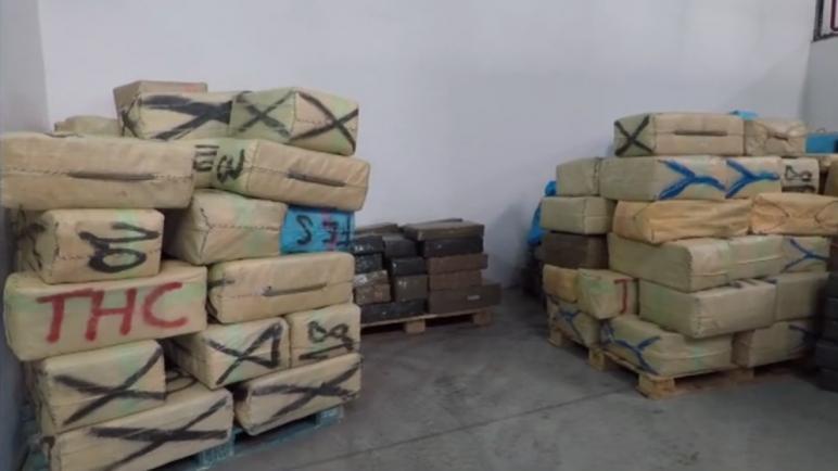 الشرطة القضائية بطنجة تحقق في محاولة تهريب ما يزيد عن 16 طن من مخدر الشيرا