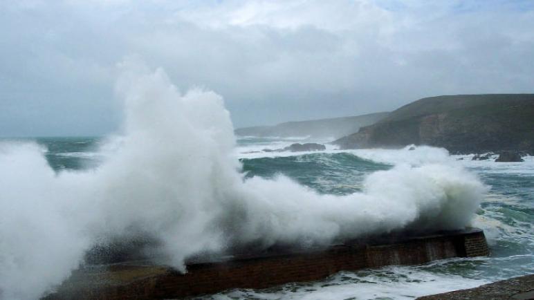 أمواج عاتية بالسواحل الأطلسية ما بين العرائش وطانطان
