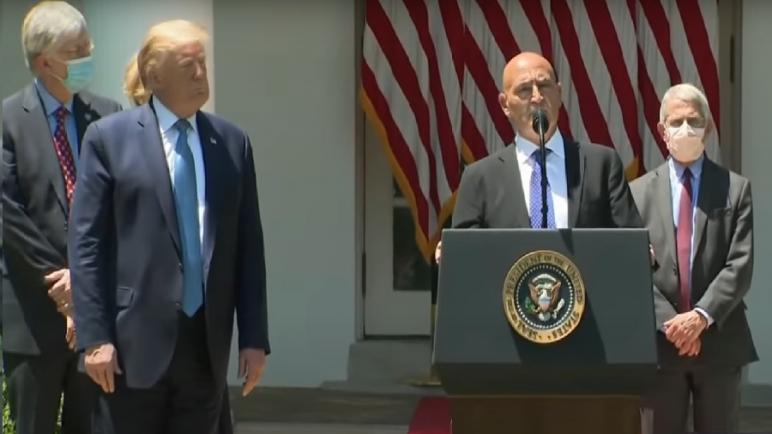"""الرئيس الأمريكي يكلف المغربي """"منصف السلاوي"""" بالإشراف على مشروع تطوير لقاح ضد فيروس كورونا"""