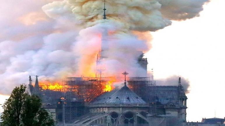 اندلاع حريق كارثي في كاتدرائية نوتردام التاريخية بباريس