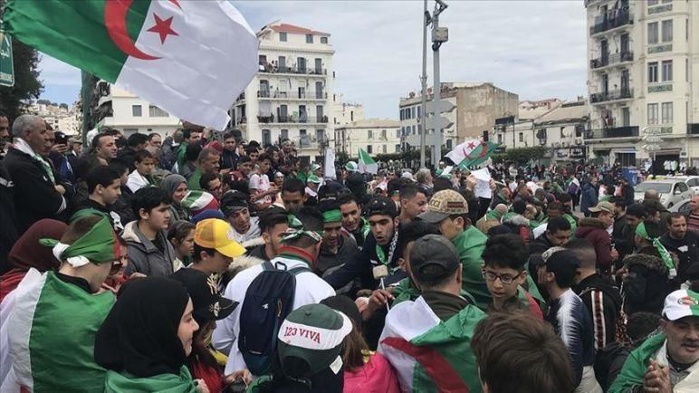 الجزائر… ما يقرب ألفي طالب يتظاهرون مجدّدا وسط إنتشار مكثف لقوات الأمن