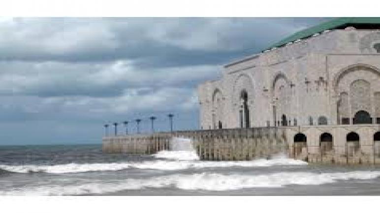 أمواج عالية بسواحل البيضاء