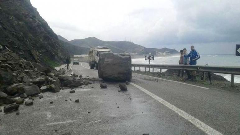 انهيار صخري يشل حركة السير بين تطوان والحسيمة