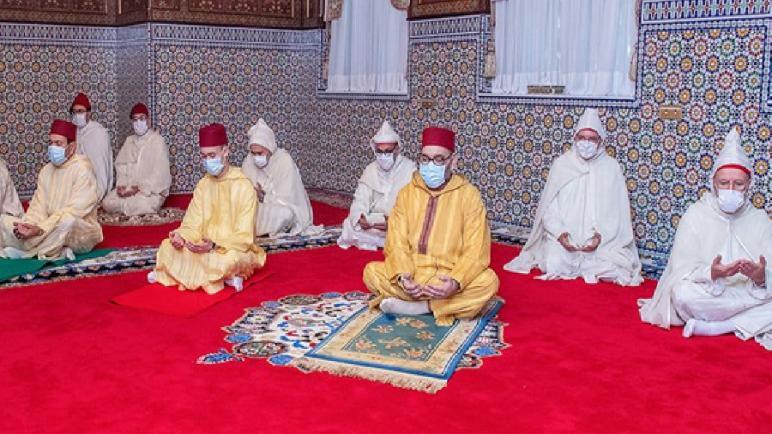 جلالة الملك محمد السادس يؤدي صلاة عيد الفطر المبارك